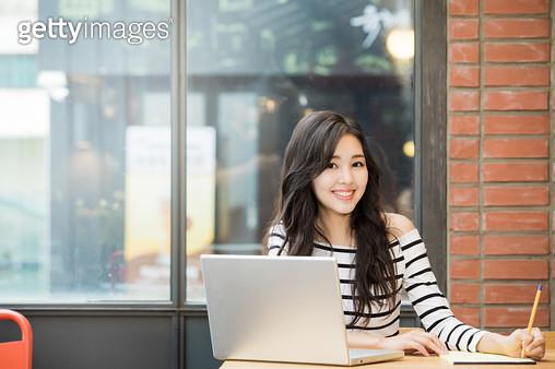 카페에서 노트북하는 여자 - gettyimageskorea