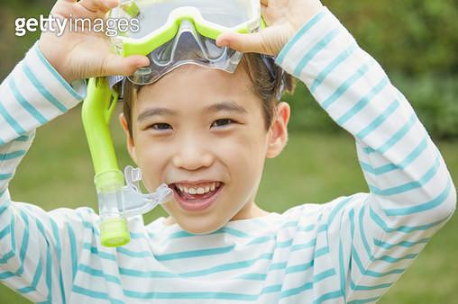 물안경을 쓰고있는 아이 - gettyimageskorea