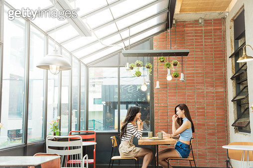 카페에서 친구와 이야기하는 여자 - gettyimageskorea