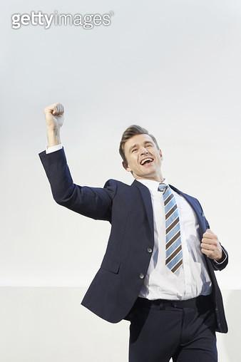 성공의 기쁨에 즐거워하는 비즈니스맨, 자신감 넘치는 파이팅 제스처 - gettyimageskorea