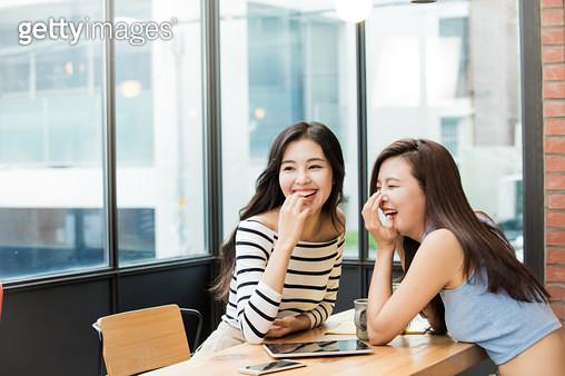이야기하며 웃는 두 여자 - gettyimageskorea