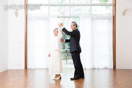함께 춤을 추는 노인부부 - gettyimageskorea