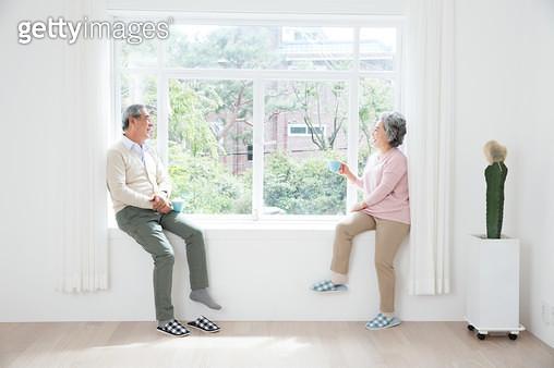 창가에 앉아 생각하는 노인 - gettyimageskorea