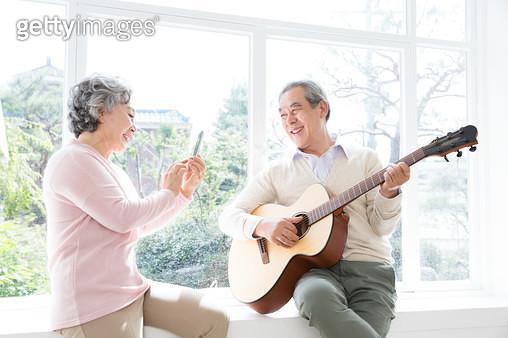 기타를 치는 노인 부부, 즐거운 노후생활 - gettyimageskorea