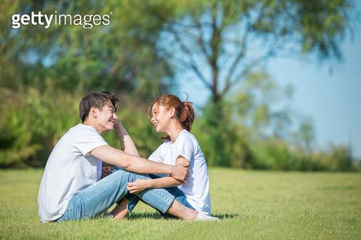 커플 (인간관계), 데이트, 감성, 이성커플 (커플), 한국인, 동양인 (인종), 로맨스 (컨셉), 이성커플, 마주보기, 스킨십 (밝은표정), 행복, 기쁨 (컨셉), 로맨틱 (움직이는활동) - gettyimageskorea