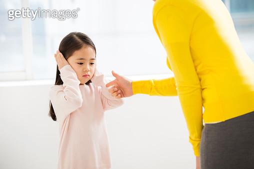 아이를 혼내는 여성 - gettyimageskorea