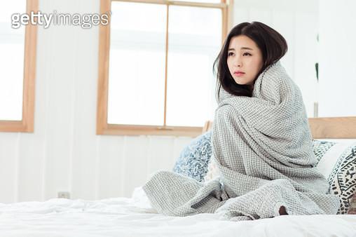 감기에 걸려 아픈 여성 - gettyimageskorea