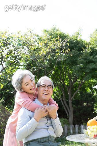 정원에서 대화하는 노인 부부, 여유로운 생활 - gettyimageskorea