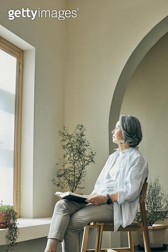 창가에서 책을 읽는 노인 - gettyimageskorea