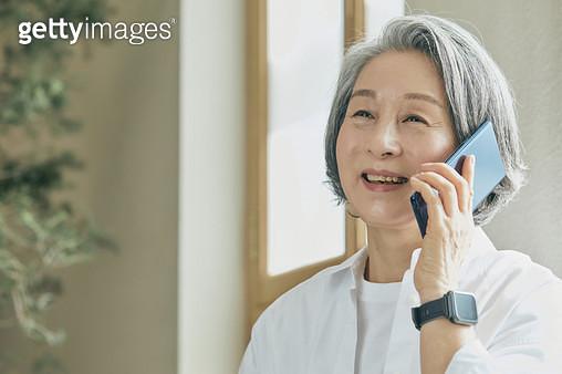 밝게 웃으면 통화를 하는 노인 - gettyimageskorea