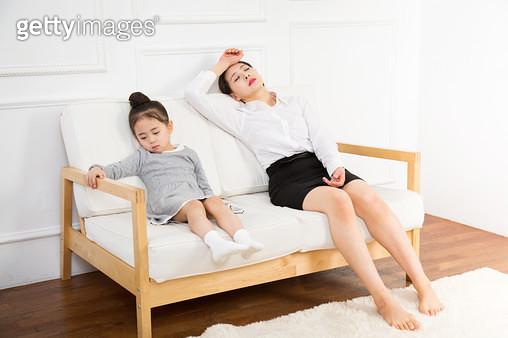 같이 피곤해하는 엄마와 딸 - gettyimageskorea