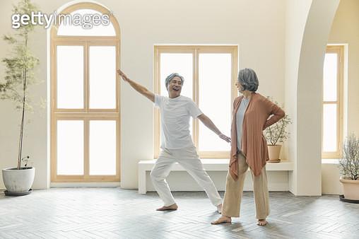 스트레칭 하는 노인들 - gettyimageskorea