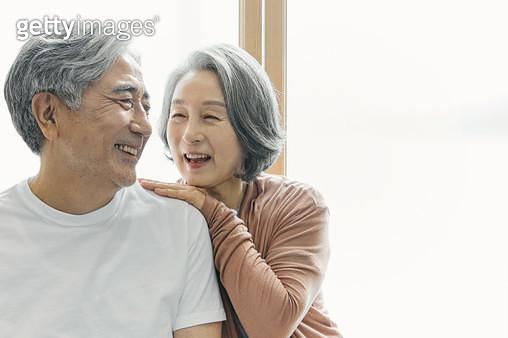 밝게 웃고 있는 노인 부부 - gettyimageskorea