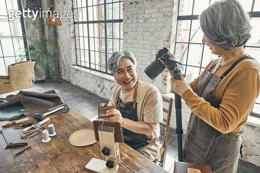 유튜브 콘텐츠를 촬영하는 노인들 - gettyimageskorea
