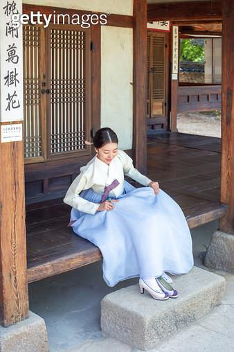 마루에 앉아있는 한복 입은 여자 - gettyimageskorea