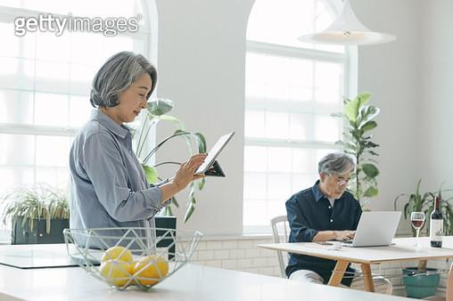 거실에서 컴퓨터를 하고있는 노인들 - gettyimageskorea