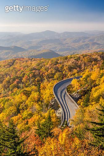 Scenic Road, The Blue Ridge Parkway In Autumn - gettyimageskorea