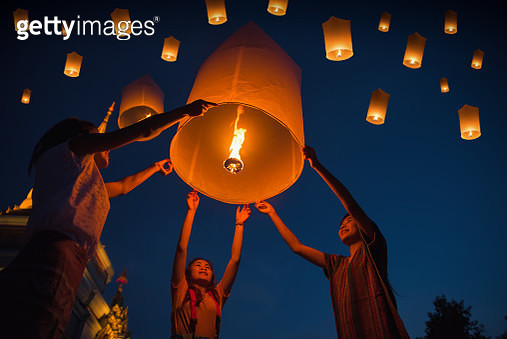 People floating lamp in Yi Peng festival in Chiangmai Thailand - gettyimageskorea