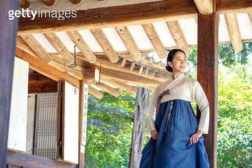 대청마루에 서있는 한복 입은 여자 - gettyimageskorea