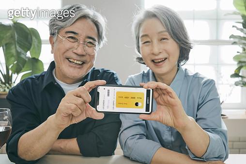 모바일 카드를 들고 밝게 웃는 노인들 - gettyimageskorea