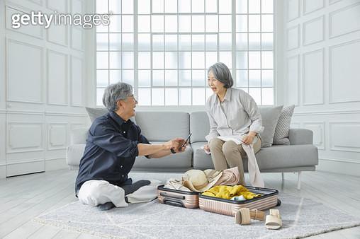 여행 준비를 하는 노인들 - gettyimageskorea