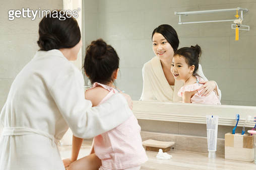 The little girl and her mother looked in the bathroom - gettyimageskorea