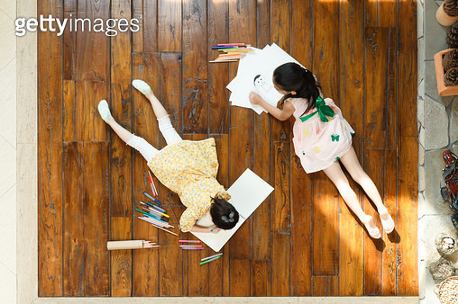 The sisters were lying on the floor - gettyimageskorea