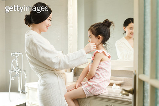 Happy mother and daughter - gettyimageskorea
