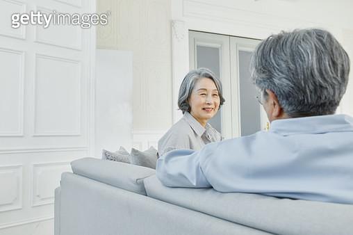 쇼파에 앉아있는 노인 부부 - gettyimageskorea