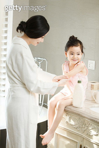 Mother to daughter rub moisturizing cream - gettyimageskorea