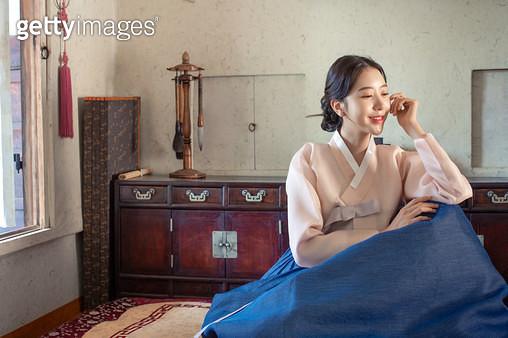 방안에 앉아있는 한복 입은 여자 - gettyimageskorea