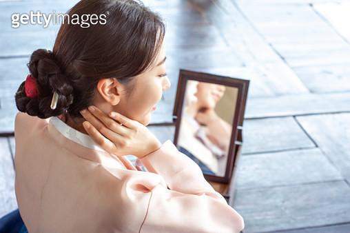 거울을 보는 한복 입은 여자 - gettyimageskorea