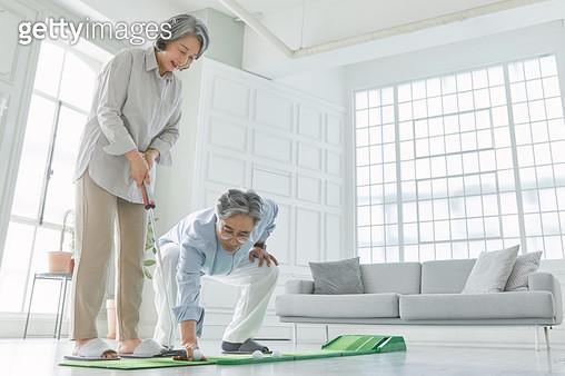 집에서 골프를 즐기는 노인들 - gettyimageskorea