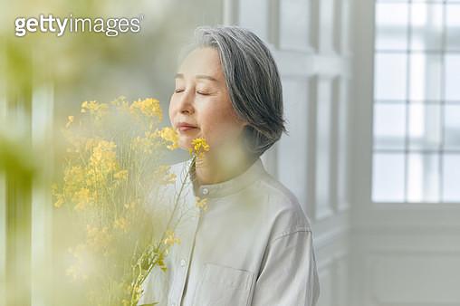꽃을 들고 있는 할머니 - gettyimageskorea