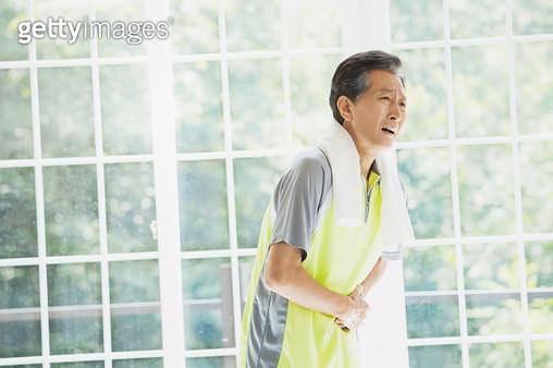 허리통증을 느끼는 노년남성 - gettyimageskorea