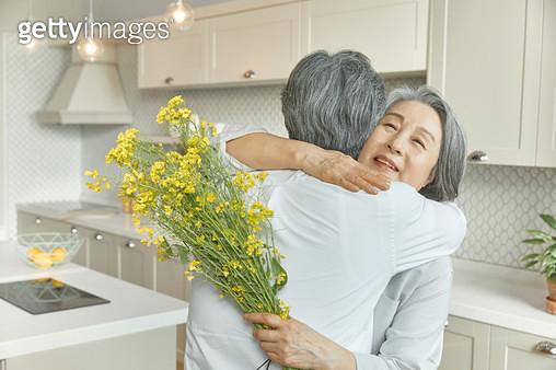 아내에게 꽃을 선물하는 노인 - gettyimageskorea