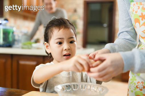 The little girl helped her mother with the housework - gettyimageskorea