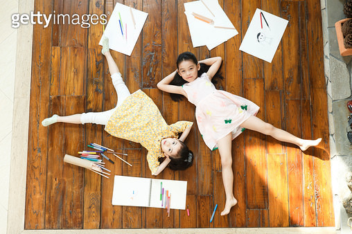 The sisters lay on the floor - gettyimageskorea