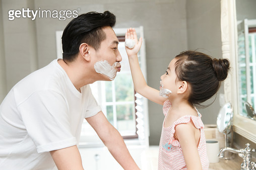 Father and daughter play in the bathroom - gettyimageskorea