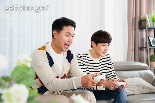 함께 게임하는 아빠와 아들 - gettyimageskorea