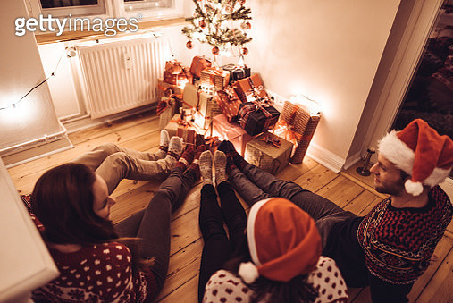 friends lying down at home for christmas - gettyimageskorea
