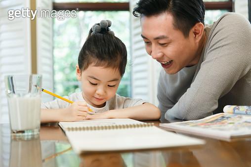 Dad tutoring her daughter to do homework - gettyimageskorea