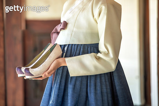 버선을 들고있는 한복 입은 여자 - gettyimageskorea
