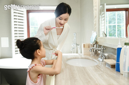 The little girl and her mother - gettyimageskorea