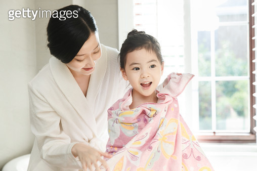 Mother gives her daughter a bath. - gettyimageskorea