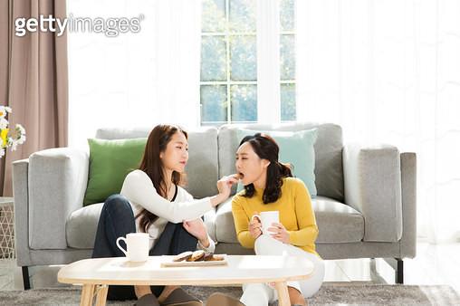 쇼파에서 대화하는 엄마와 딸 - gettyimageskorea