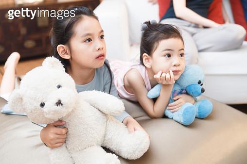 Sisters watch TV - gettyimageskorea