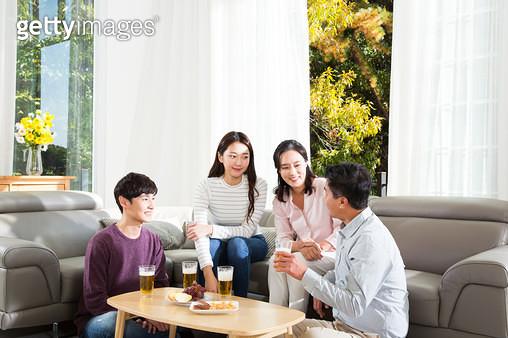 쇼파에 앉아 대화하는 가족 - gettyimageskorea