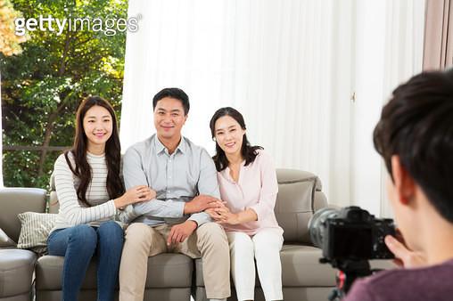 가족사진 찍는 가족 - gettyimageskorea