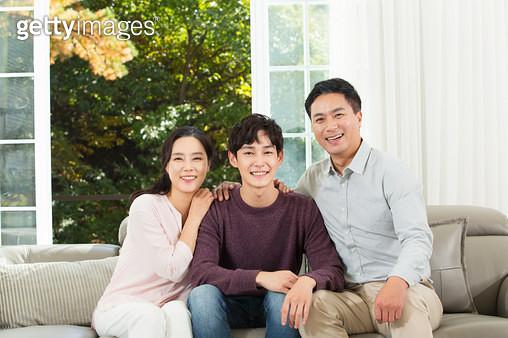 쇼파에서 대화하는 부모와 아들 - gettyimageskorea